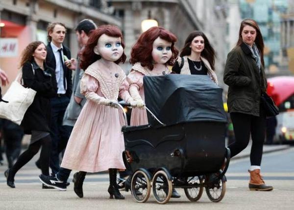 Nhiều người dân kháclại cho rằnghình ảnh của hai cô búp bê khá kì thú. (Ảnh: Internet)