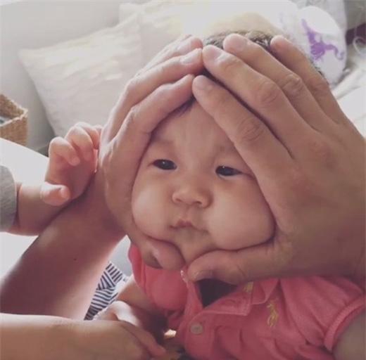 Tan chảy với những em bé có gương mặt hình cơm nắm