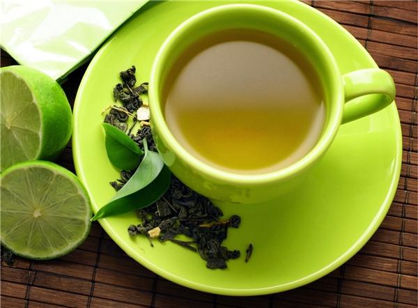 Đây là một trong số ít những loại thảo dược có tác dụng triệt để đối với cả bên trong và bên ngoài mái tóc. Không chỉ dùng trà xanh hằng ngày, hãy dùng lá trà đắp trên chân tóc hoặc dùng ngay nước trà xanh để gội đầu.