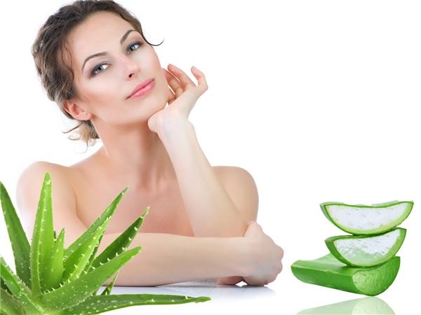 Phần nha đam còn thừa, hãy tận dụng luôn để đắp lên da tay nhé. Đảm bảo không chỉ tóc bạn đẹp hơn mà làn da cũng mềm mịn và khỏe mạnh.