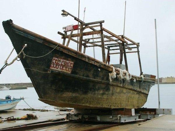 Tháng 10 vừa qua, ít nhất 12 chiếc thuyền gỗ được phát hiện đang trôi dạt dọc theo bờ biển phía Bắc của đảo Honsu, Nhật Bản. Khi kiểm tra, người ta thấy bên trong là xác người đang phân hủy. Theo thống kê, đã có tới 22 người chết và hầu hết đang mặc trang phục dân thường. Cơ quan chức năng cho biết, có thể đây là những người làm nghề đánh cá, bị bão đánh trôi dạt, nhưng chưa dám khẳng định. (Ảnh: Oddee)