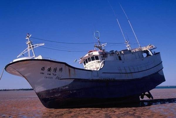 Chiếc tàu mang tên High Aim 6đã được tìm thấy trong tình trạng trôi vô định ở bờ biển phía tây nước Úc vào năm 2003. Mặc dù kiểm tra kĩ, nhưng người ta không hề tìm thấy dấu vết người nào trên tàu. Trước đó, nó đã từng được nhìn thấy ở quần đảo Marshall, nằm giữa Papua New Guinea và Hawaii. (Ảnh: Oddee)