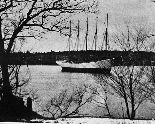 Ngày 31/1/1921, người ta phát hiện ra con tàu 5 cột buồm đang mắc cạn ở Hatteras Diamond Shoals, bắc California. Trên tàu không còn ai, kể cả những vật dụng cá nhân, sổ sách, phao cứu sinh... cũng biến mất kì lạ. Sau đó, FBI cũng đã vào cuộc nhưng không tìm ra nguyên nhân. (Ảnh: Oddee)