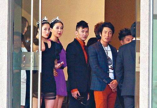 Dàn hoa hậu, á hậu xếp hàng chờ đi tiếp khách, ảnh do Ifeng chụp lại.