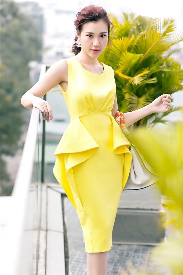 Mùa thời trang Xuân - Hè là lúc các màu sắc rực rỡ, nổi bật lên ngôi. Ngoài tông vàng nổi bật, bộ váy của Hoàng Oanh còn gây ấn tượng bởi thiết kế tạo phom 3D tinh tế.