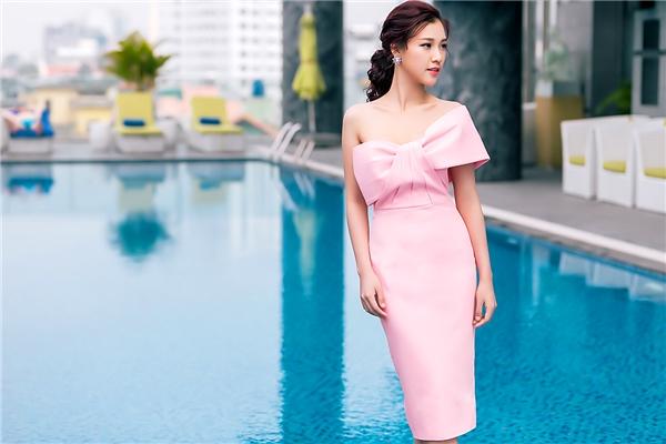 Trong khi đó, bộ váy ôm sát với tông hồng ngọt ngào lại mang đến vẻ ngoài điệu đà cho nữ MC xinh đẹp. Sau gần một năm lấn sân, Hoàng Oanh đã đạt được những thành công nhất định và trở thành MC cho một số chương trình giải trí danh tiếng.