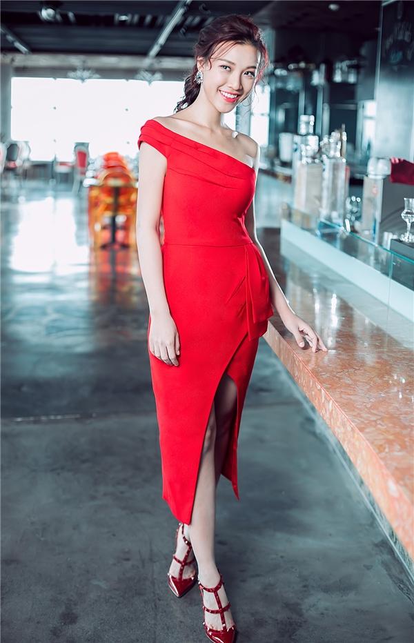 Sắc đỏ cũng là gam màu được các tín đồ thời trang tích cực lăng xê trong dịp cuối năm này.