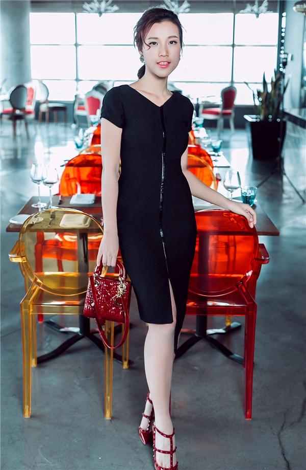 Hoàng Oanh mang đến vẻ ngoài đa dạng: từ cổ điển, thanh lịch đến hiện đại, gợi cảm với trang phục có màu đen kinh điển.