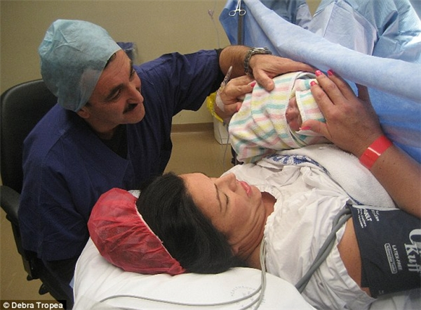 Một trường hợp khác là chị Debra Tropea và bé Kruz, sinh non ở tuần thứ35.(Ảnh: Daily Mail)