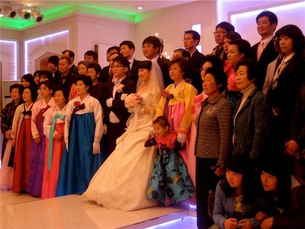 """Quang cảnh khi chụp ảnh kỉ niệm tại một lễ cưới ở Hàn Quốc, thật không phân biệt đượcđâu là bạn bè """"thật và giả"""". (Ảnh: Internet)"""