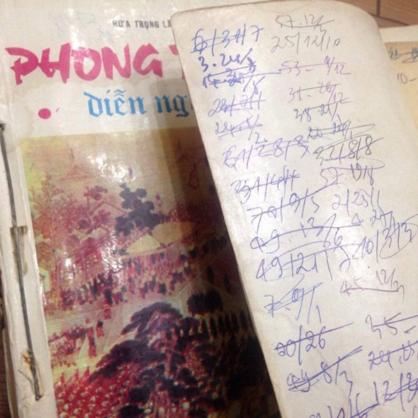 Ngày tháng thuê được ghi ngay trên bìa sách là một đặc trưng dễ thấy ở những cửa hàng cho thuê sách truyện.