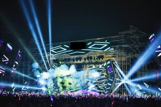 Hệ thống laser và màn led lớn, hiện đại được sắp xếp hợp lítrên sân khấu có thiết kế độc đáo, cùng những hiệu ứng sân khấu hoành tráng khiến người xem choáng ngợp!(Ảnh Internet)