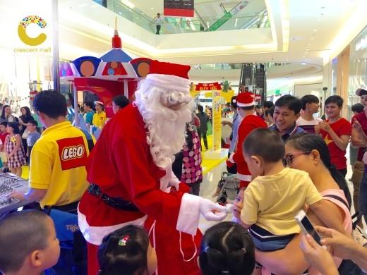 Ông già Noel Crescent Mall tặng túi kẹo cho các bé.