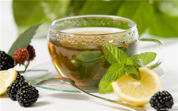 """Ngoài baking soda, muối hoặc trà loãng cũng rất """"hợp cạ"""" với dâu tây ở khoản """"tân trang"""" màu sắc răng bạn đấy."""