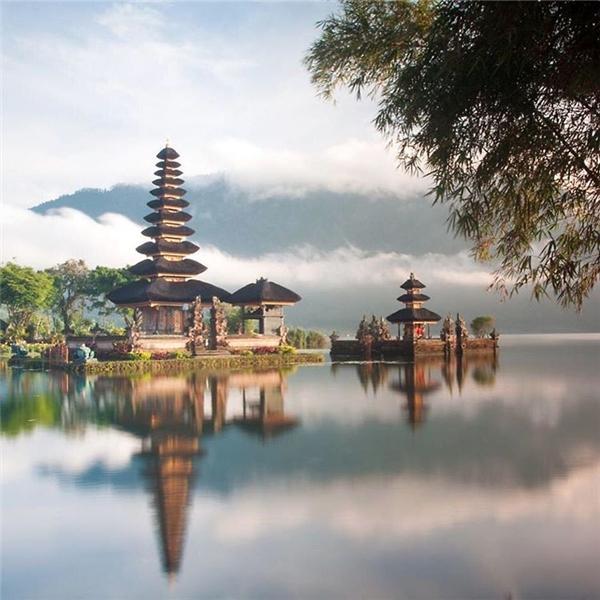 Đây không phải là bối cảnh của một bộ phim cổ trang Trung Quốc nào đâu mà chính là hồ Bratan ởBali đấy. (Ảnh: IG@travelchannel)