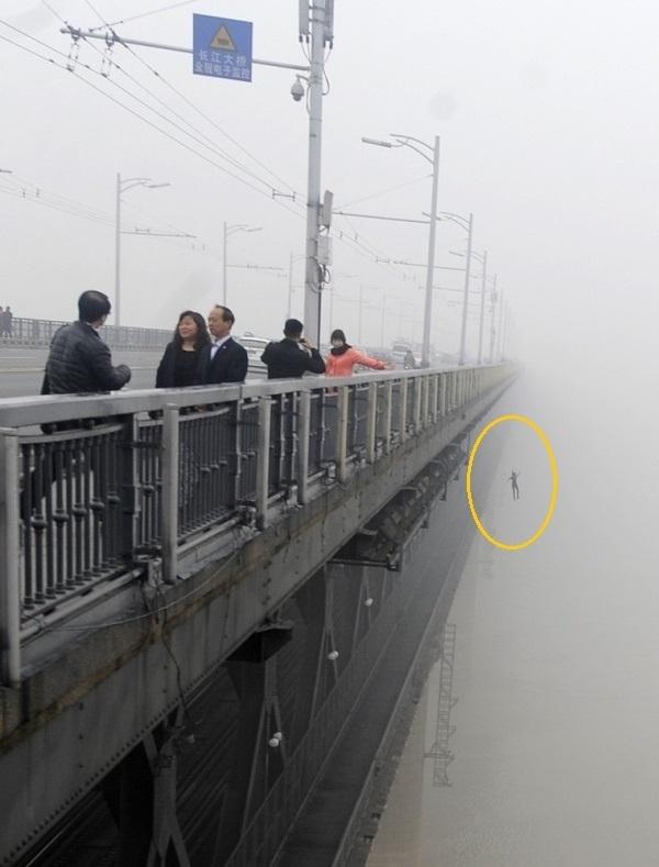 Bức ảnh tưởng chừng như rất bình thường, nhưng hãy nhìn vào rìa phải của bức ảnh, bạn sẽ thấy một bóng người lao mình từ cây cầu xuống dưới. Một nhiếp ảnh gia người Trung Quốc đã vô tình chụp lại được hình ảnh một người tự tử vào năm 2013.