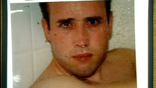 Người thanh niên này là Travis Alexander. Đây là bức ảnh cuối cùng mà bạn gái của Travis là Jodi Arias chụp trước khi giết chết anh với một nhát cắt vào cổ, nhiều vết đâm và một phát súng vào đầu.