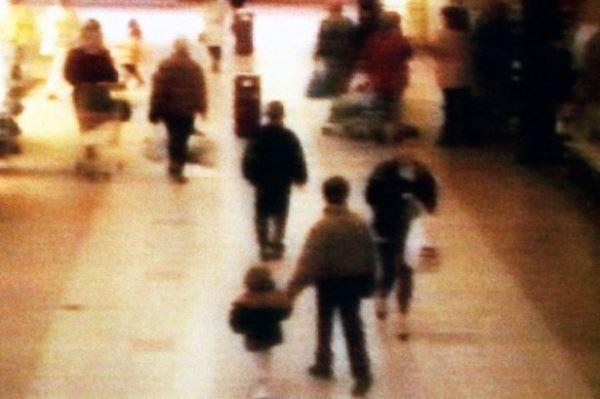 Bức ảnh do camera an ninh ghi lại. Trong hình, đơn giản chỉ thấy một cậu bé 10 tuổi tay dắt một cậu bé 2 tuổi. Thế nhưng, nó lại là mở đầu cho vụ án mạng chấn động thế giới. Cậu bé 2 tuổi tên James Bulgar bị cậu bé 10 tuổi bên cạnh và đồng bọn giết chết dã man. Cậu bé 10 tuổi này đã trở thành tội phạm giết người nhỏ tuổi nhất thế kỷ 20.