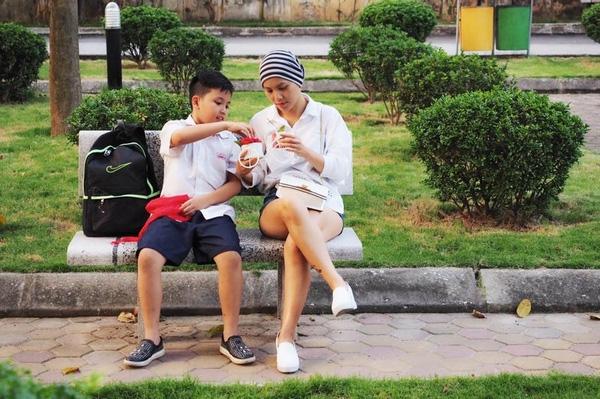 Chị Thủy và con trai đi dạo cùng nhau - (Ảnh NVCC).