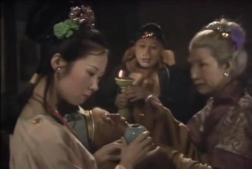 Dù đã quy y theo Phật nhưng Bát Giới vẫn lả lơi đưa tình với a hoàn tiên nữ.
