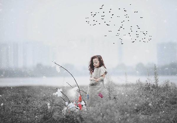 Mùa đông lạnh lẽo, cô bé vẫn đứng co ro một mình. (Ảnh: Internet)