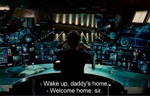 Iron manTony Stark điều khiển ánh sáng bằng cử động tay.