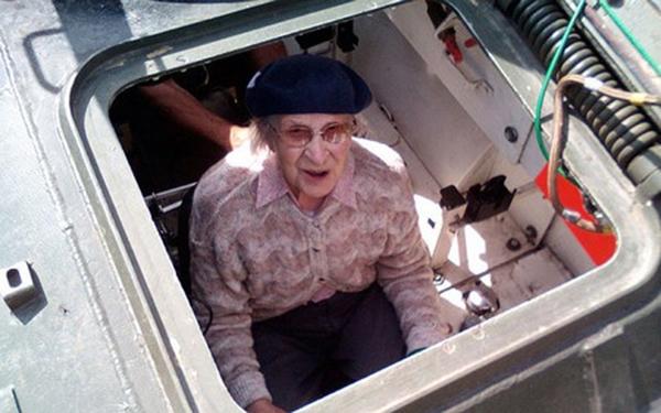 Cụ bà lái xe tăng thiết giáp để mừng sinh nhật 101 tuổi