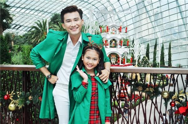 MV Liên khúc Giáng sinh được thực hiện với 3 ca khúc đặc trưng của mùa lễ hội: Silent night, Santa Clause's coming to town và Jingle bell. - Tin sao Viet - Tin tuc sao Viet - Scandal sao Viet - Tin tuc cua Sao - Tin cua Sao