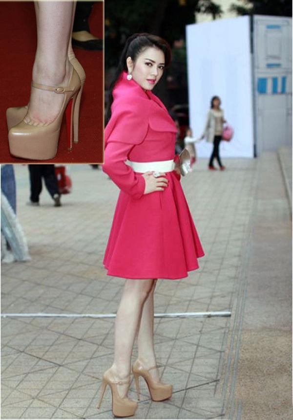 Cô cũng mắc lỗi thời trang tương tự nhiều người đẹp khác khi chọn giày cao gót có tỉ lệ bất hợp lý so với đôi chân