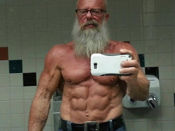 1. Andreas Cahling, 63 tuổi, người Thụy Điển vốn là một lực sĩ thể hình chuyên nghiệp. Đam mê tập thể hình từ năm 12 tuổi đã đem lại cho ông thân hình vạm vỡ và săn chắc.