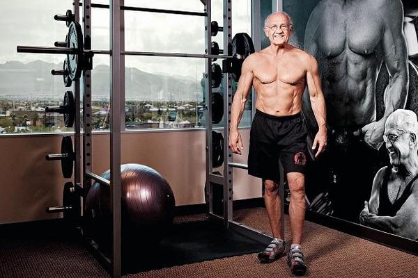 2. Mặc dù đã bước sang tuổi 76 nhưng bác sĩ Jeffry Life, sống tại Las Vegas, Mỹ lại có vóc dáng khỏe mạnh của một thanh niên cỡ nửa tuổi mình.