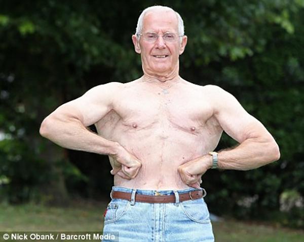 3. Trong khi những bạn bè cùng trang lứa đã phải ngồi trên ghế tựa tận hưởng tuổi già thì cụ ông Ted Brown, 85 tuổi, sống tại Bletchley, Anh Quốc đã vinh dự trở thành lực sĩ nâng tạ lớn tuổi nhất nước này. Trung bình mỗi tuần 3 buổi, cụ tới phòng gym tập luyện.