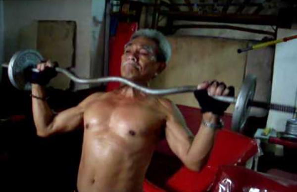 6. Ở tuổi 91, cụ ông Ramon Lim Lopez vẫn chăm chỉ tập thể hình để duy trì vóc dáng cơ bắp cuồn cuộn của mình. Cụ ông đến từ thành phố Cebu, Philippines này được biết đến là một trong những chuyên gia thể hình hàng đầu đồng thời là lực sĩ cao tuổi nhất quốc gia này.
