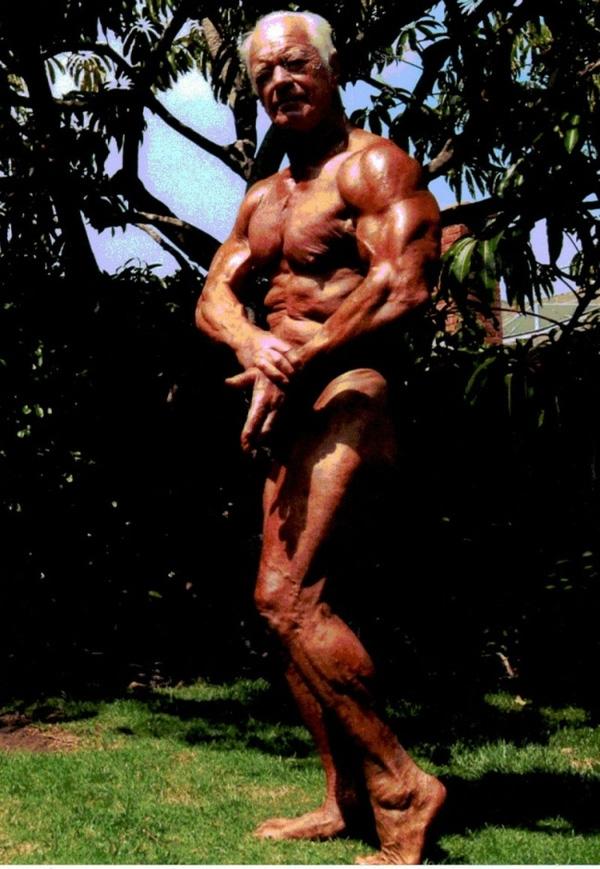 7. Là cha đẻ của thể hình tự nhiên, lực sĩ Chet Yorton luôn nói không với chất kích thích. Cụ ông 75 tuổi này từng đánh bại diễn viên kiêm lực sĩ Arnold Schwarzenegger để giành giải NABBA nam không chuyên năm 1966.