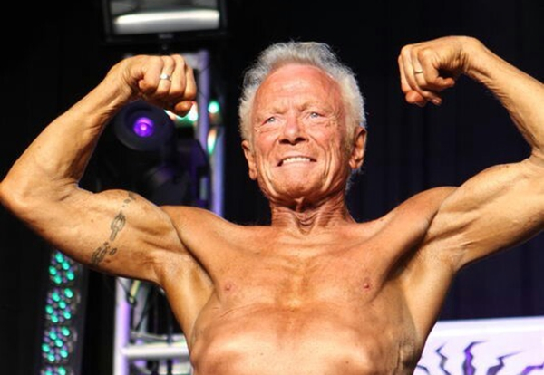 8. Cũng là một trong những lực sĩ thể hình không sử dụng chất kích thích, cụ Paul Stone đã chiến thắng trong hơn 20 cuộc thi lớn nhỏ trên thế giới. Hiện cụ đã bước sang tuổi 80.