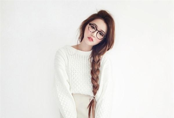 Mặc dù hiện tại kiểu tóc này không còn thịnh hành như trước nhưng đây vẫn là một gợi ý giúp phái đẹp trẻ trung hơn. Một chiếc kính gọng to đi kèm góp phần mang đến vẻ đáng yêu, ngây thơ đấy nhé!