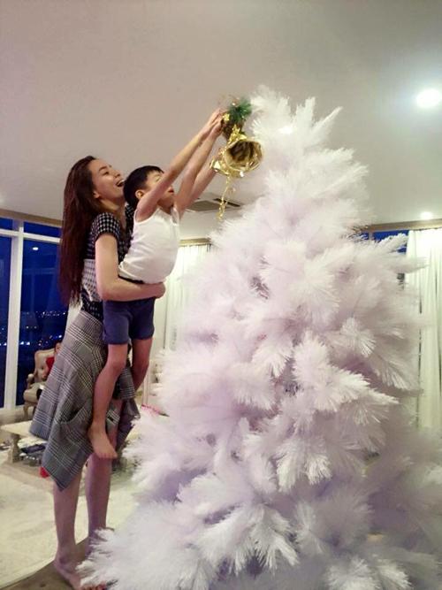 Mẹ Hà Hồ bế bổng Subeo giúp cậu bé tự tay gắn chuông lên đỉnh cây thông. - Tin sao Viet - Tin tuc sao Viet - Scandal sao Viet - Tin tuc cua Sao - Tin cua Sao