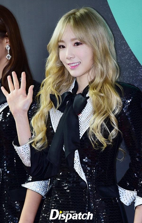 Taeyeon chỉ cần nhấn chút son với một lớp kem nền là gương mặt đã tươi tắn hơn hẳn so với việc cô nàng để mặt mộc, lộ làn da bị mụn.