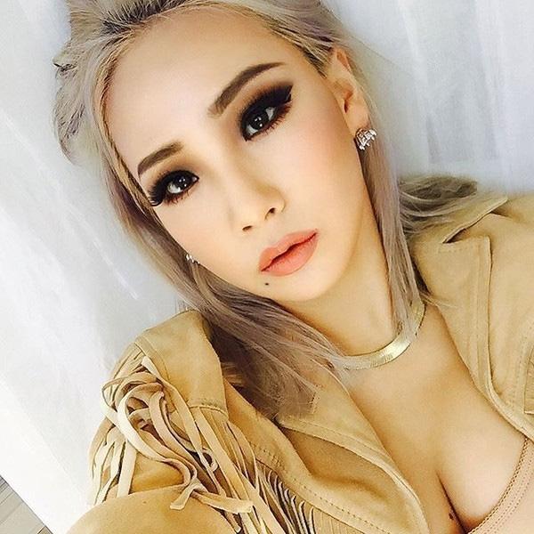 So với việc kẻ eyeliner đơn thuần trước đây, kiểu trang điểm mắt khói, son môi lỳ, giúp cho nữ ca sỹ trở nên long lanh và gợi cảm hơn hẳn. Nhan sắc của CL đột phá tạo đấu ấn rõ rệt hơn khi cô trang điểm đậm nét, cẩn thận và kỹ càng.