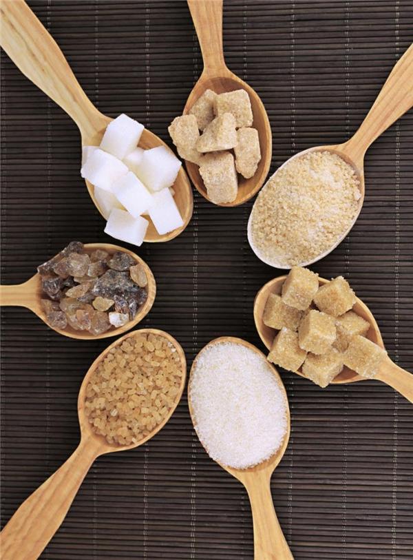 Trộn đường, mật ong và dầu olive thoa đều lên môi. Giữ trong khoảng thời gian từ 5 – 10 phút và chà nhẹ.