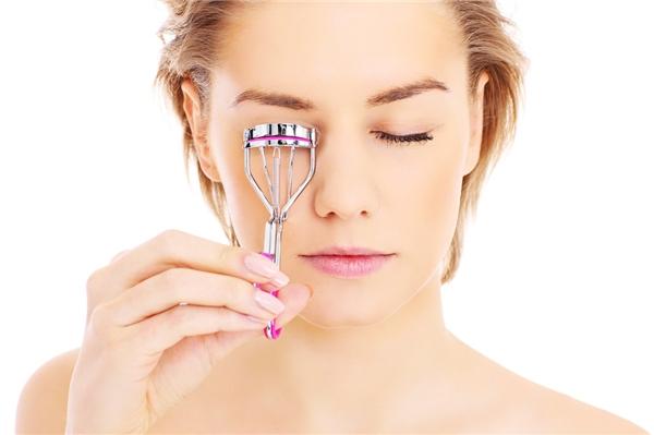 Sau khi kẹp mi, chỉ nên chuốt mascara ở phần đầu mi, không nên chuốt từ gốc thì có thể khiến mi bớt cong.