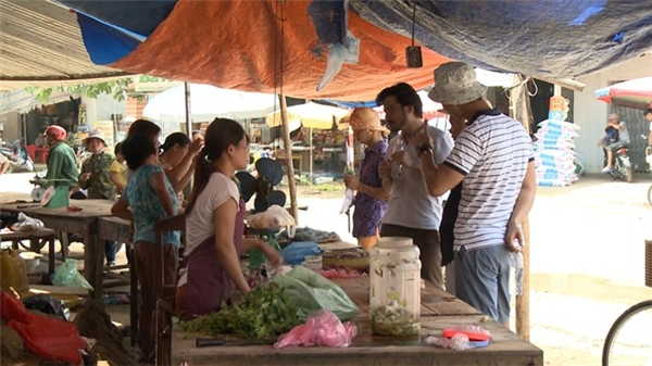 Trong khi đó, các ông bố tham gia chương trình mùa thứ 2 được giao 400 nghìn đồng. Với số tiền này, họ phải đi chợ và nấu cơm cho các thành viên tham gia chuyến dã ngoại. Diễn viên Xuân Bắc tỏ ý thán phục khả năng tính toán và lên thực đơn của doanh nhân Đỗ Minh. - Tin sao Viet - Tin tuc sao Viet - Scandal sao Viet - Tin tuc cua Sao - Tin cua Sao