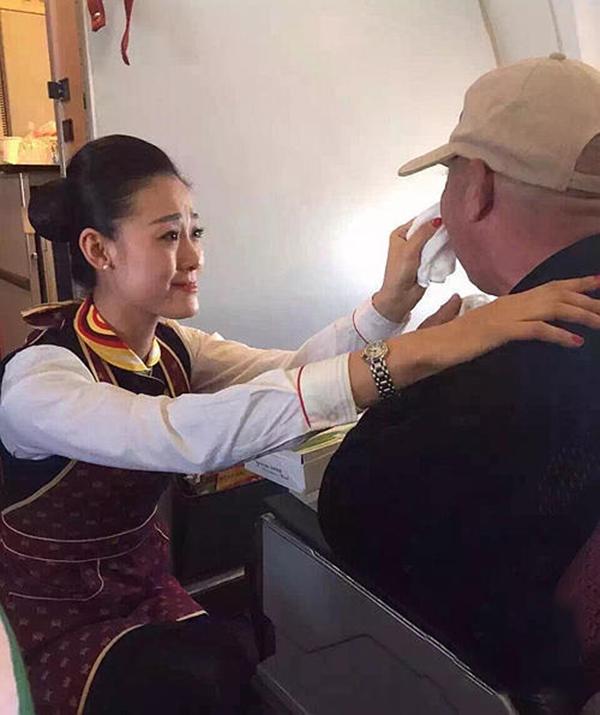 Sau khi đút ăn, cô tiếp viên hàng không còn tận tình lau sạch mặt mũi cho ông. (Ảnh: Internet)