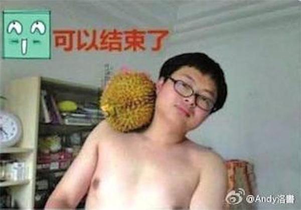 """Chàng trai này hưởng ứng trào lưu """"thử thách xương đòn"""" bằng một trái sầu riêng. (Ảnh: Internet)"""
