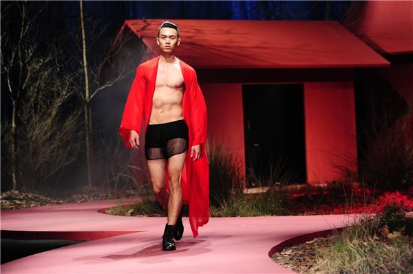 Đặc biệt, các người mẫu nam chỉ diện độc chiếc quần ngắn cùng áo voan lụa bên ngoài. Đây có thể được xem là một trong những nét chấm phá thú vị trong show diễn lần này.