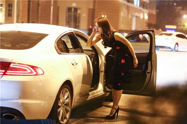 Kỳ Duyên được mẹ tháp tùng bằng xe sang dự show diễn Đỗ Mạnh Cường