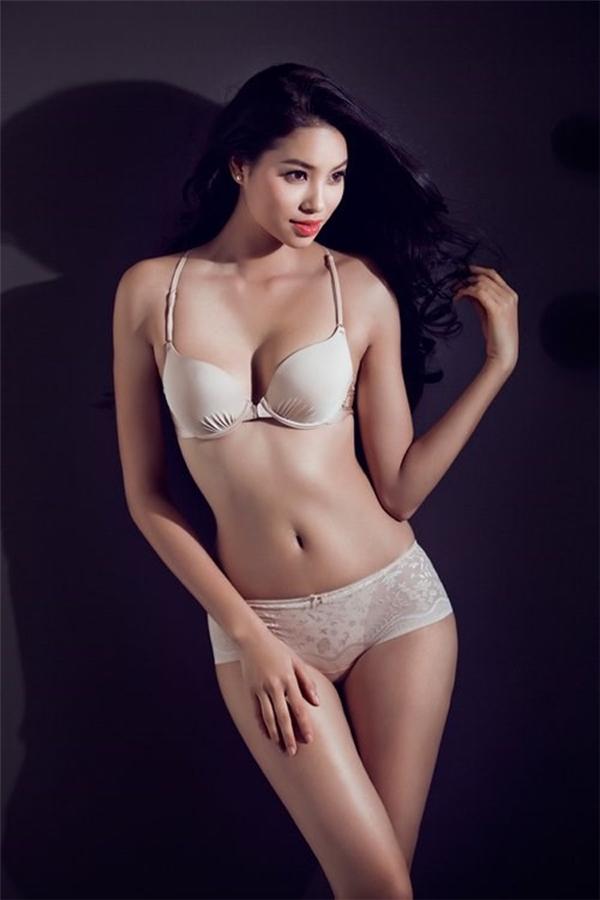 Phạm Hương chăm chỉ thực hiện chế độ tập luyện tăng cơ. Cô cũng tăng cường ăn rau xanh và dùng nước ép để giữ da, đẹp dáng.