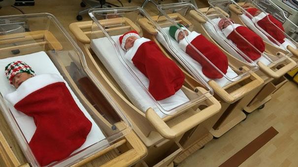 Những em bé cũng được khoác lên mình chiếc tã trắng đỏ, báo hiệu một mùa Giáng sinh an lành đang đến... (Ảnh: Bored Panda)