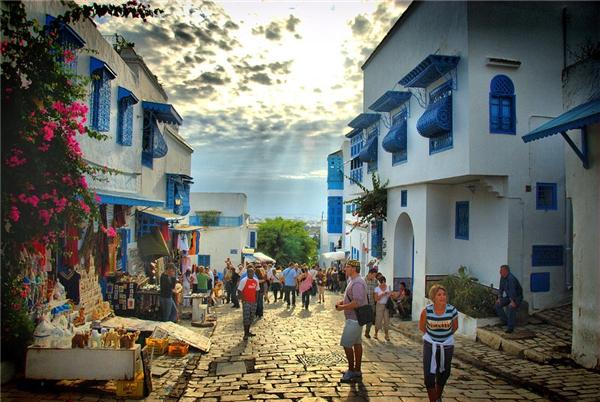Ngoài góc ngắm cảnh đắt giá, thành phố này còn nổi bật với những con đường lát đá đầy thơ mộng như trong truyện cổ tích với cácquán cà phê và chợ nhỏ xinh nằm dọc hai bên.(Ảnh: Internet)
