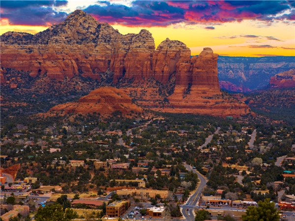 Sedona thuộc Arizonalà một trong những thị trấn nhỏ nhất nước Mĩ, có điểm nhấn là cáckhối đá đỏ nổi bật.(Ảnh: Internet)